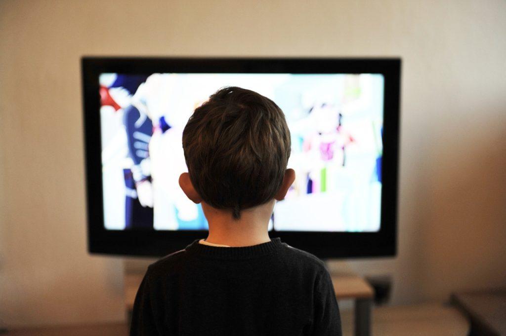 テレビを観る少年の画像