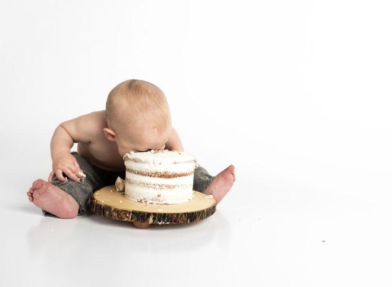 ケーキを食べる赤ちゃんの画像