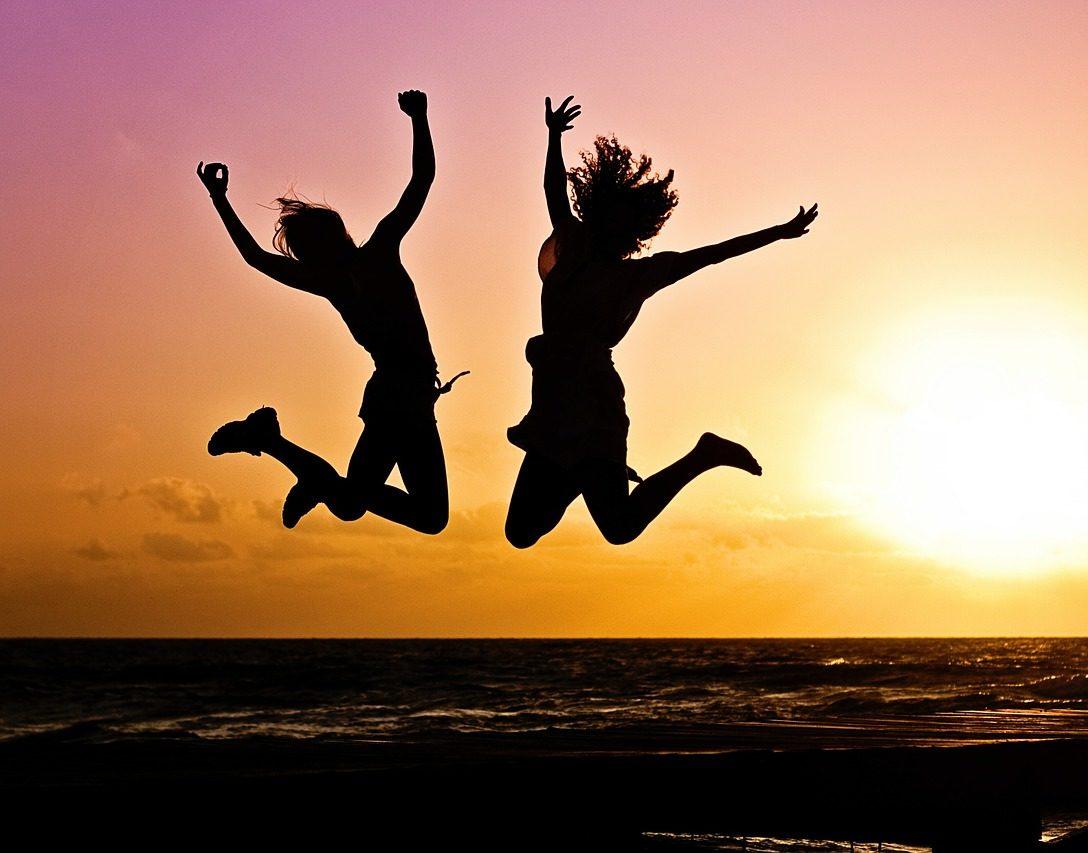 喜んで飛び跳ねている人たちの画像