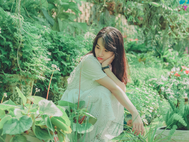 草花に囲まれている女性の画像