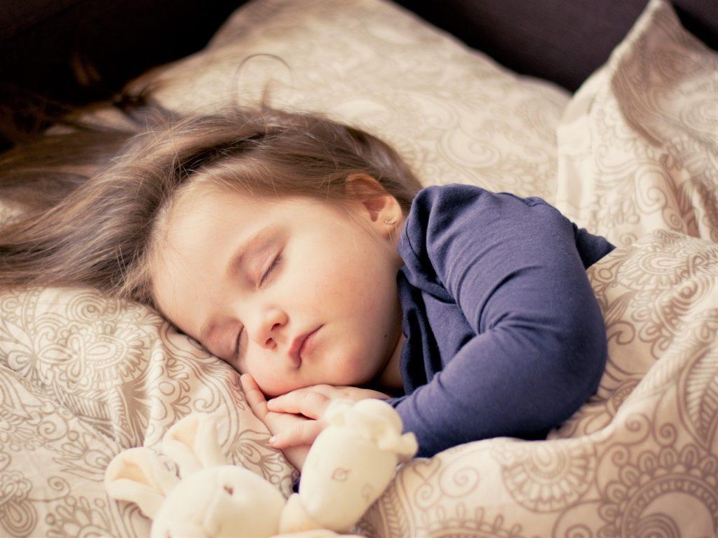 眠っている女の子の画像