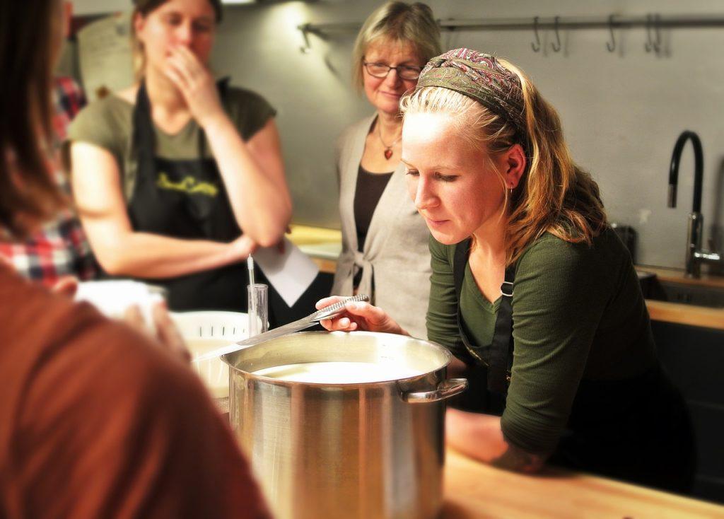 食事の準備をする女性たち