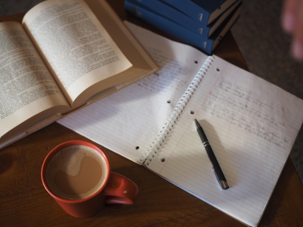 本とノートとコーヒーの画像