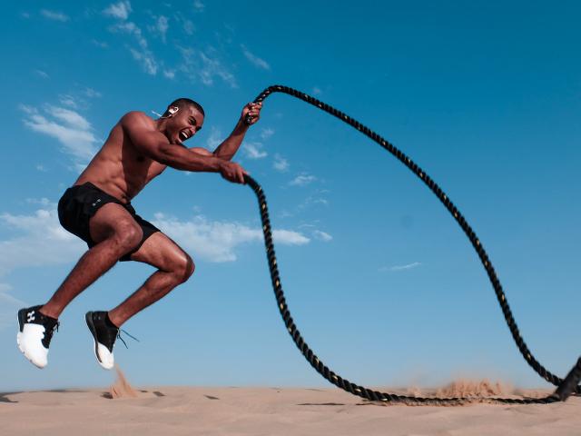 ロープでトレーニングをしている男性の画像