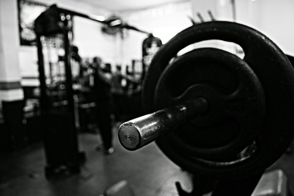 トレーニングジムの室内の画像