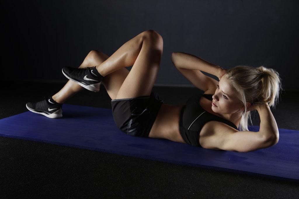 腹筋のトレーニングをする女性