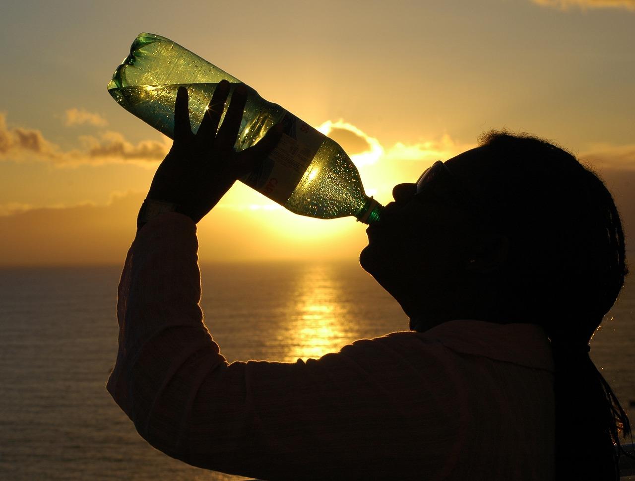 水を飲んでいる人の画像