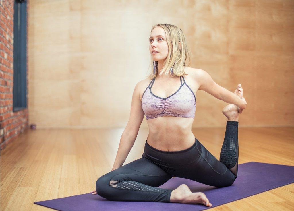 柔軟体操をしている女性