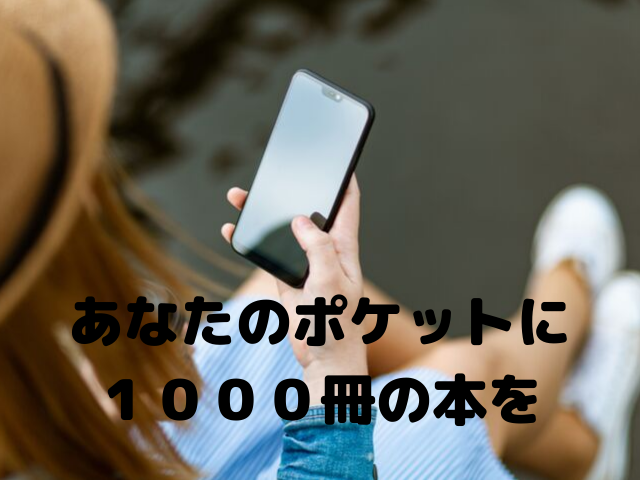 スマートフォンを見ている女性の画像