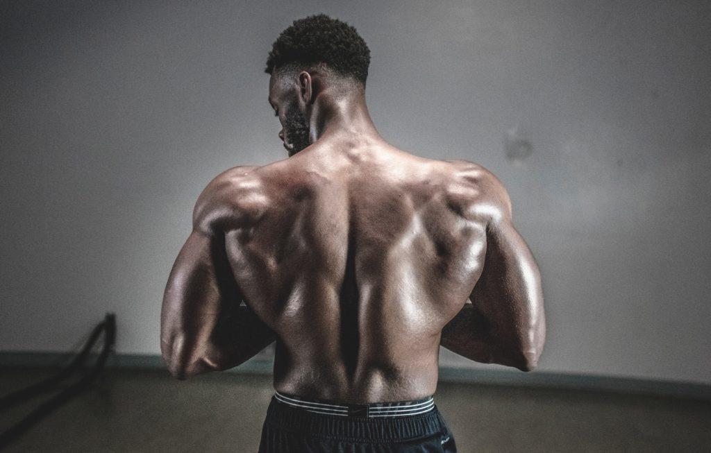 背を向けている男性の画像