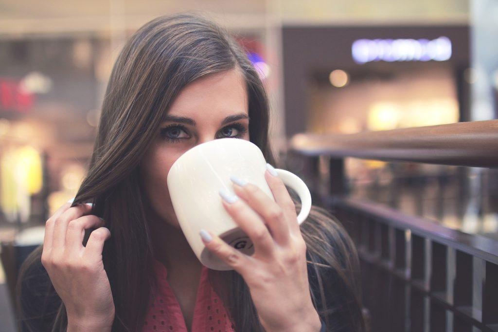 飲み物を飲んでいる女性の画像