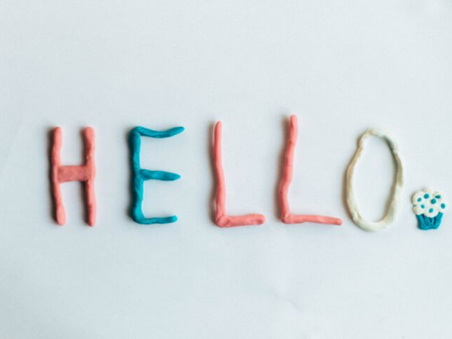 「HELLO」と書かれている画像