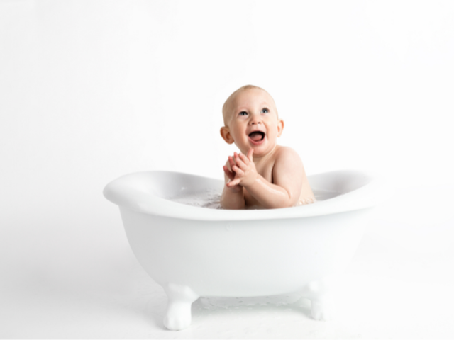 お風呂に入る赤ちゃんの画像