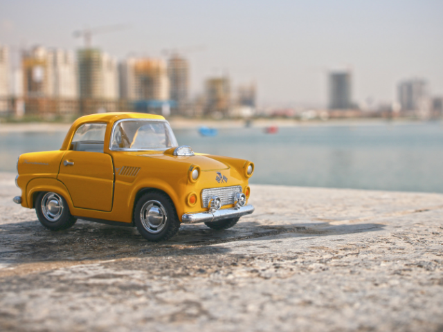おもちゃの自動車の画像