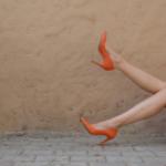 オレンジ色のハイヒールを履いている女性の画像