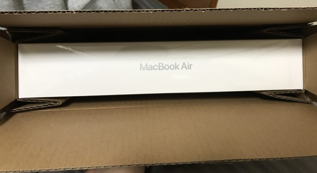 MacBook Airが入っている段ボールを開けたところ