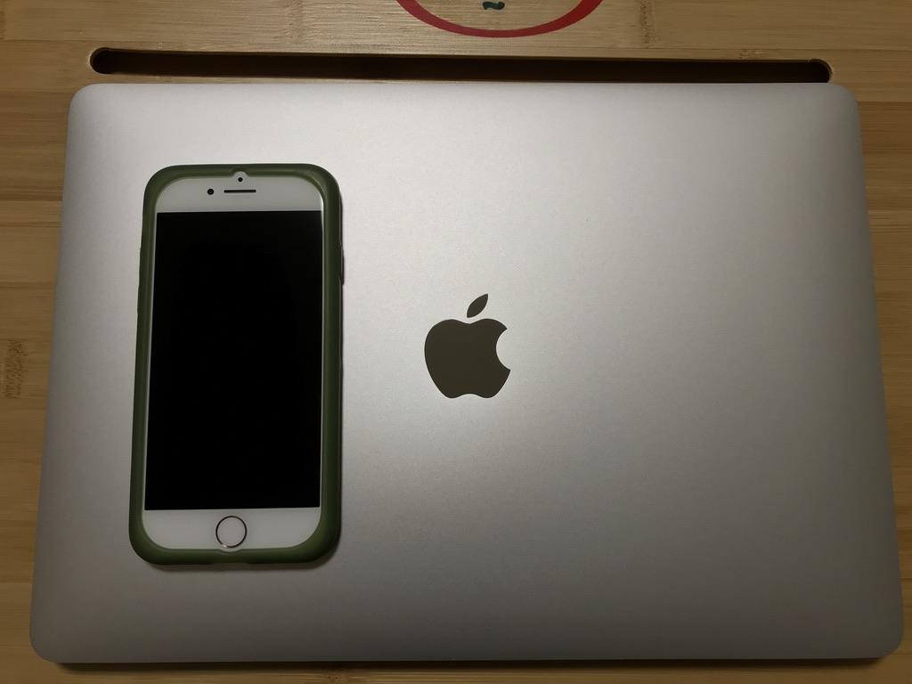 MacBook Air2020とiPhone7の大きさ比較