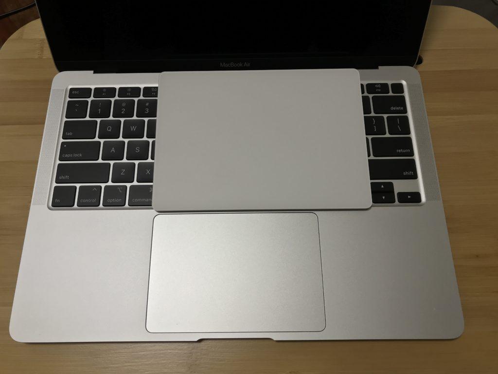 MacBook Air2020年モデルのトラックパッドとMagic Trackpad2の大きさ比較