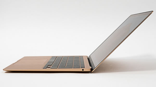 MacBook Air2020のディスプレイの開く角度