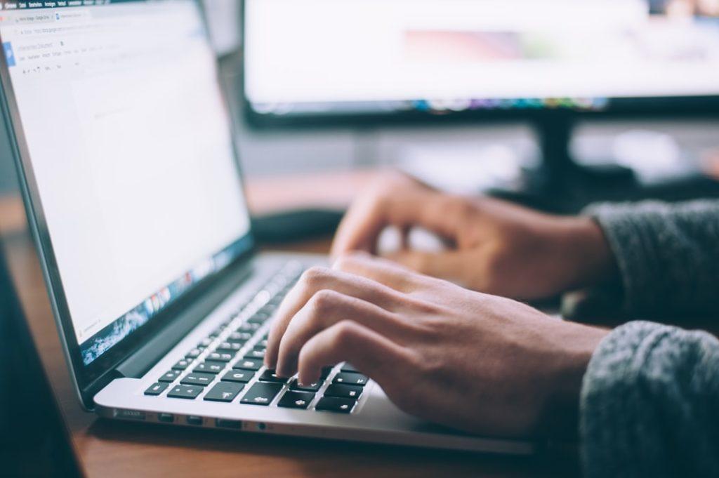ノートパソコンを使用している人の画像