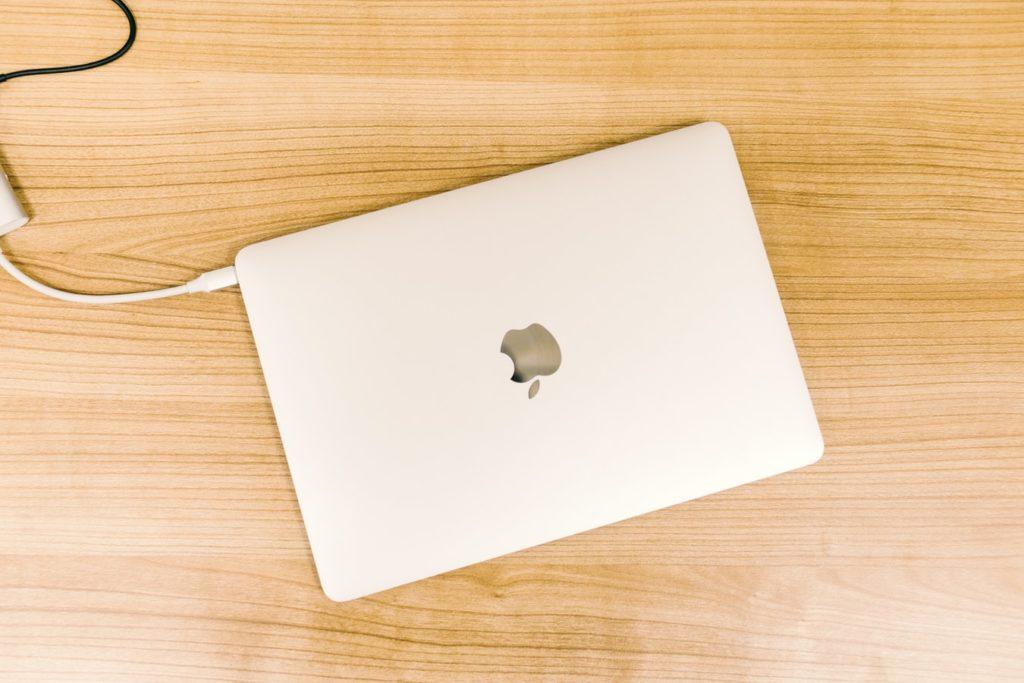充電中のMacBook Airの画像