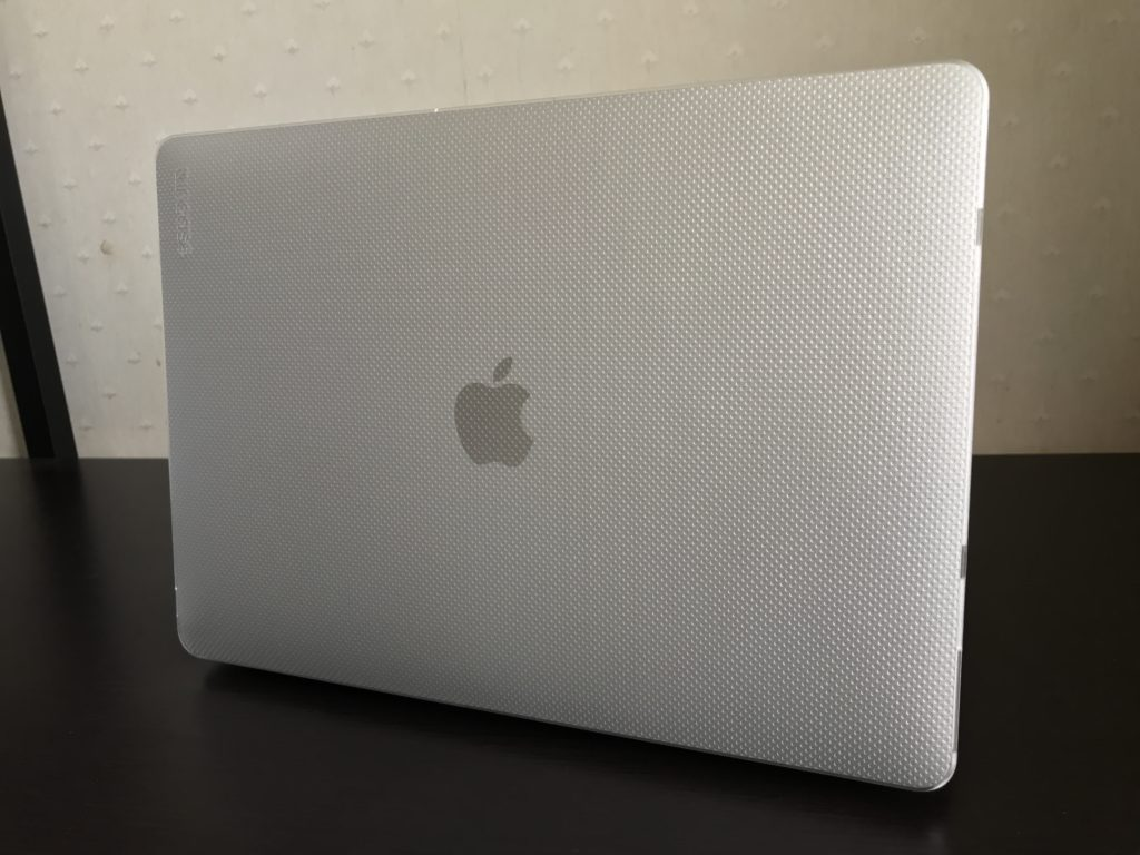 MacBook Air2020にハードケースを装着した画像