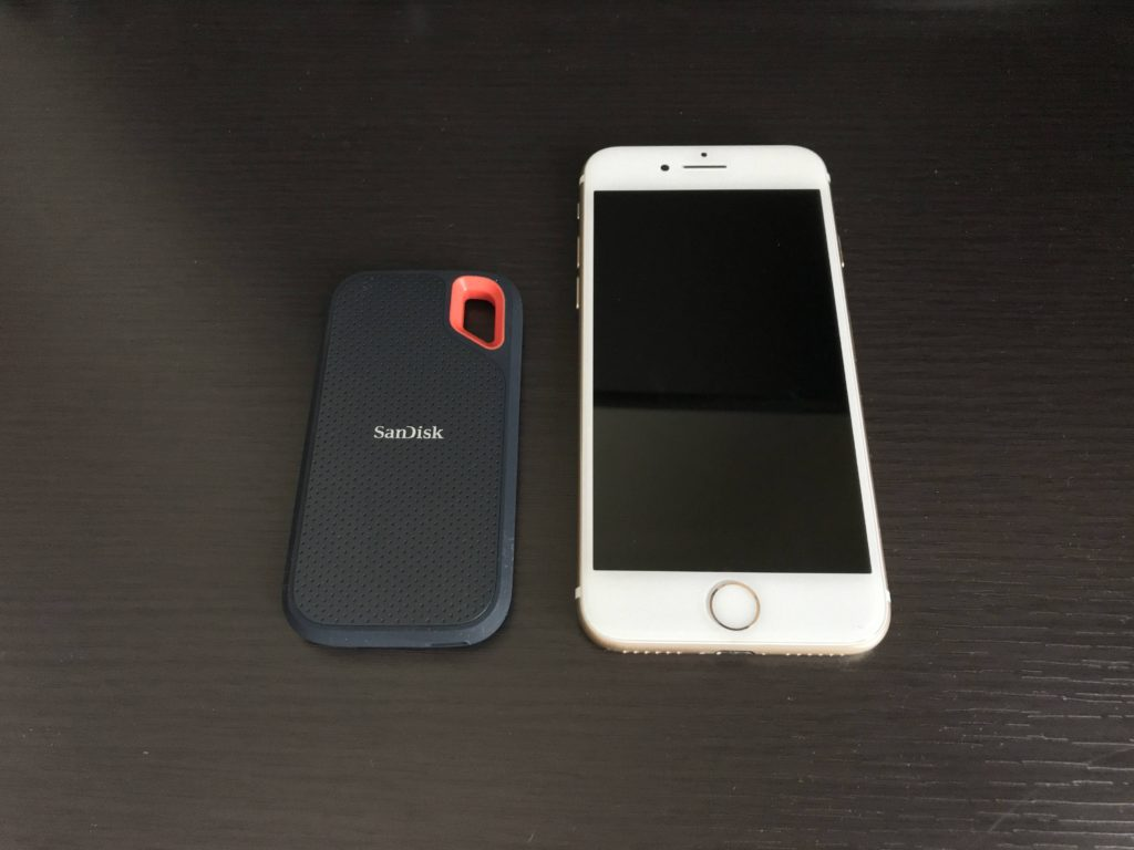 筆者が使用しているSanDiskのポータブルSSDの500GBとiPhone7を並べた画像