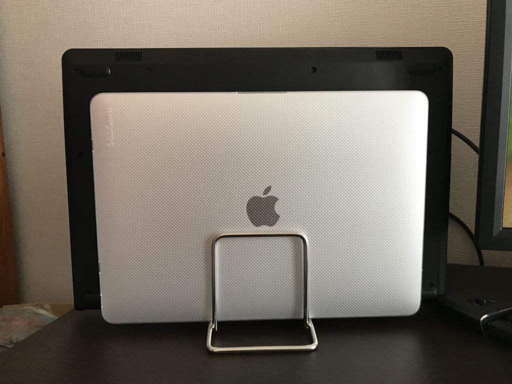 MacBook AirとDELLのノートパソコンをPCスタンドに立てかけた正面の画像